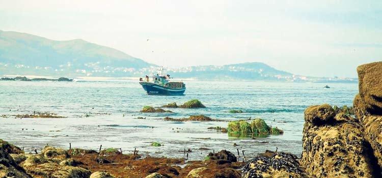 Embarcación faenando en la Reserva Marina de Os Miñarzos (Lira)
