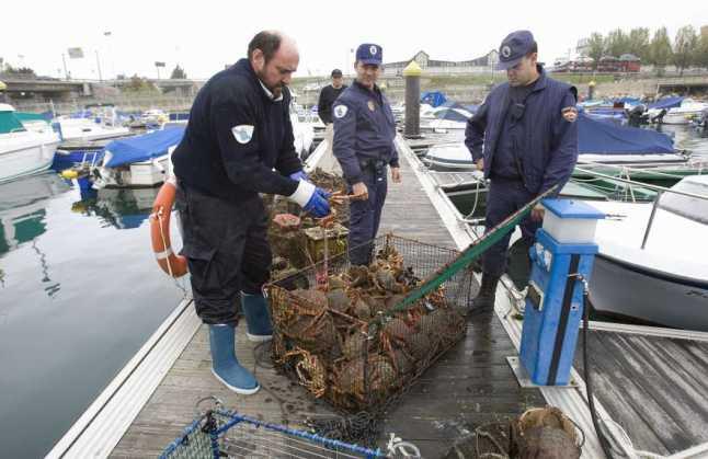Vigilancia pesquera: decomiso centollos por Servicio Gardacosta y Policia Autónoma - Foto: R. GROBAS - LA OPINIÓN DE A CORUÑA