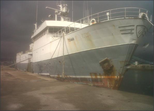 Barco dedicado a la pesca ilegal de pescado y marisco