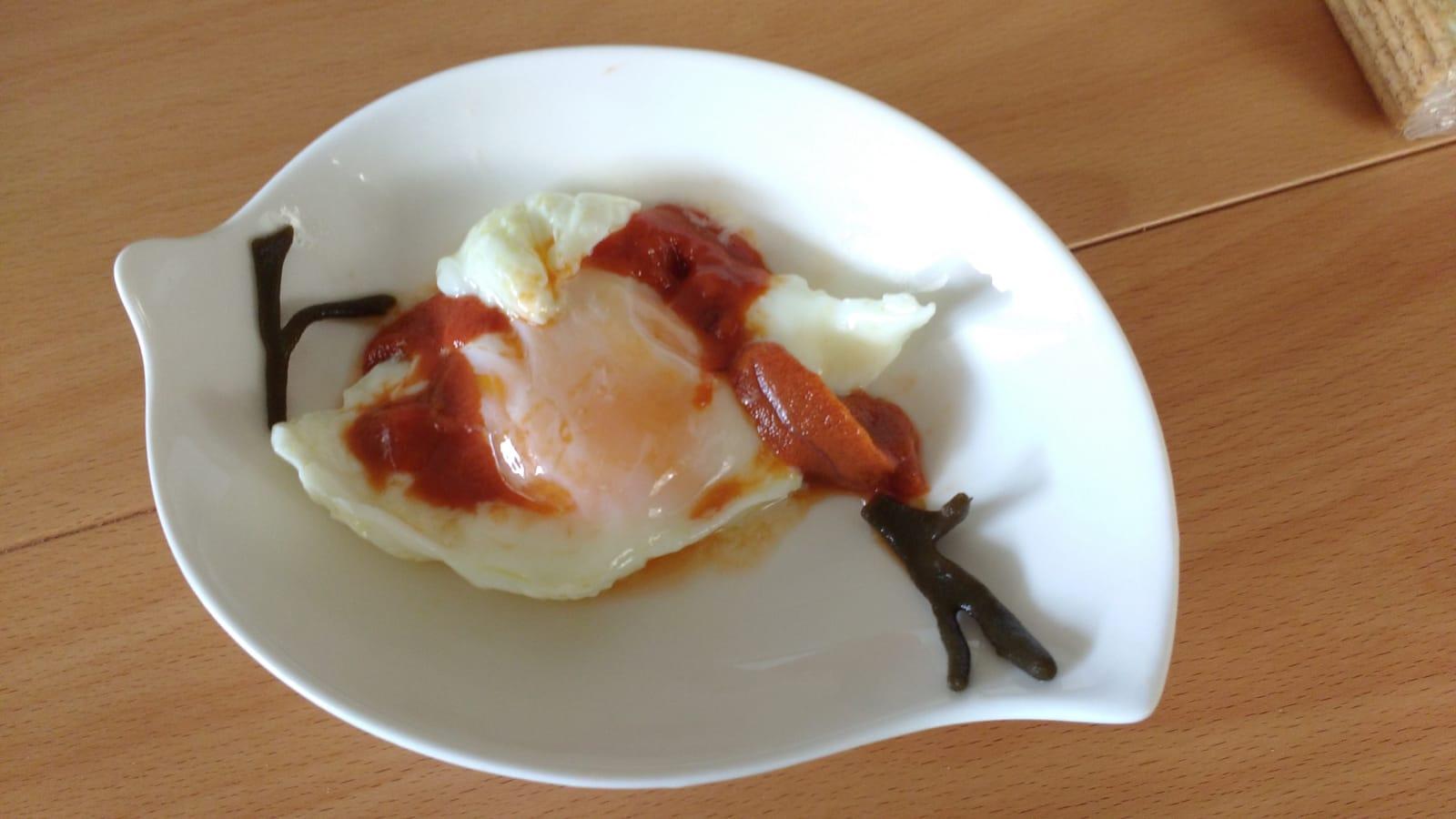 Gónada de erizo con huevo y alga codium